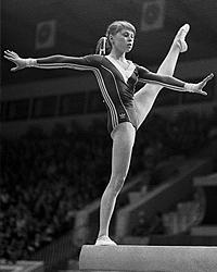 Елена Мухина выполняет упражнение на бревне. (фото: РИА