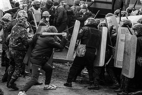 Радикалы бросают камни в сторону правоохранителей, в ответ милиционеры стреляют светошумовыми гранатами. Против нападающих был использован слезоточивый газ