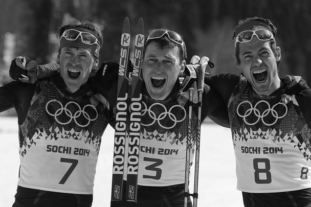 Максим Вылегжанин, занявший второе место, Александр Легков, занявший первое место, и Илья Черноусов, занявший третье место (слева направо) в масс-старте свободным стилем на дистанции 50 км