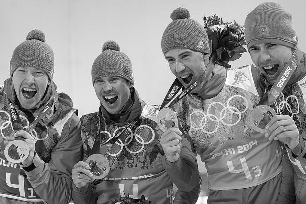 Алексей Волков, Евгений Устюгов, Дмитрий Малышко, Антон Шипулин, завоевавшие золотые медали в эстафете на соревнованиях по биатлону среди мужчин