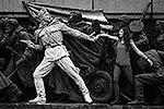 В центре болгарской столицы Софии неизвестные осквернили памятник Советской армии-освободительнице. На памятной надписи в основании стелы неизвестные нарисовали украинский флаг, а также раскрасили в желто-синие цвета одну из скульптур (фото: Reuters)