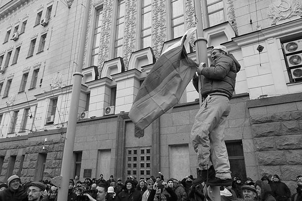 В субботу антифашистские акции прошли в некоторых городах юго-восточной Украины. В Харькове чиновников, заседавших в здании местной администрации, люди буквально вышибли из здания. Стотысячный митинг под аплодисменты поднял российский флаг. Самозваные власти Украины теряют контроль над значительной частью страны
