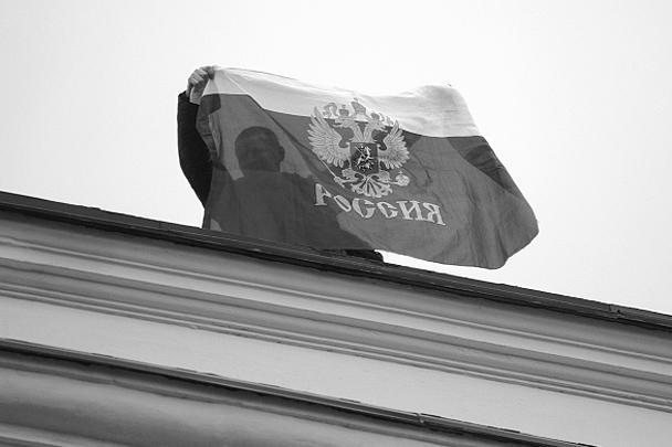 В Севастополе с государственных учреждений сняли флаги Украины, на их место водрузили российские триколоры