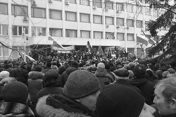 С горсовета Мариуполя собравшаяся толпа горожан сняла украинский флаг и водрузила российский. Некоторым митингующим удалось прорваться внутрь и провести переговоры, после чего на понедельник была назначена сессия городского совета