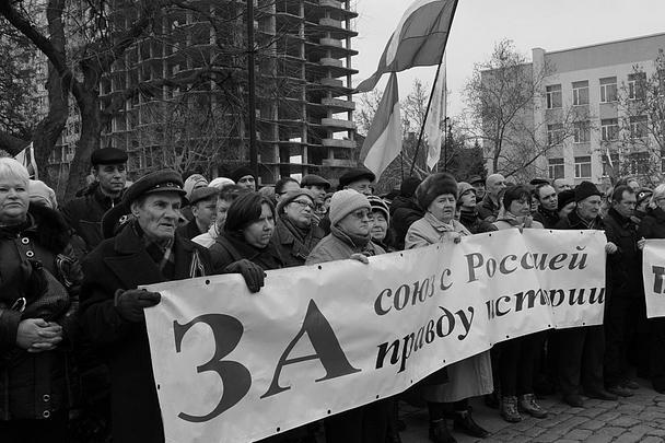Митингующие города Николаева скандировали, что город есть и будет русским. Кроме того, собравшиеся призывали отвергнуть любую дискриминацию по языковому принципу.