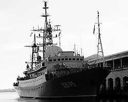 Cейчас в порту Гаваны находится средний разведывательный корабль «Виктор Леонов» - своего рода передвижной центр радиотехнической и радиоразведки (фото: Reuters)