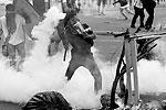Во время столкновения с военнослужащими участники акции протеста забрасывали противников бутылками с горючей жидкостью (фото: Reuters)