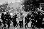 Военнослужащим и полицейским участники акции оказали активное сопротивление (фото: ИТАР-ТАСС)