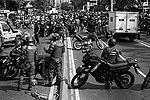 В ходе антиправительственной акции группа мотоциклистов предприняла попытку разобрать баррикаду, возведенную протестующими, но в это время по ним открыли огонь (фото: ИТАР-ТАСС)