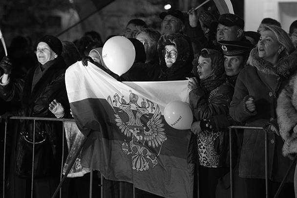 На установленной на площади сцене выступали популярные российские и крымские коллективы, постоянно звучали патриотические песни