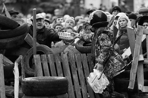Вокруг горотдела милиции в Славянске возвели баррикады изшин, деревянных щитов и мешков с песком. Донецкое интернет-издание «ОстроВ» сообщило, что на въезде в Славянск появились вооруженные люди в камуфляже. «Они организовали блокпост, укрепив его баррикадами из шин. В настоящее время в город не пропускают автобус с милицией».