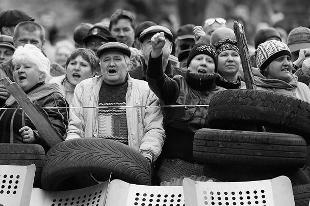 Уже несколько недель Восток Украины потрясают народные выступления. В Донецке 6 и 7 апреля активисты заняли здание областной администрации, заявили об избрании Народного областного совета и учредили Донецкую Народную Республику. Они также решили до 11 мая провести в регионе референдум, который подтвердит независимость народной республики и рассмотрит вопрос о ее вхождении в состав России