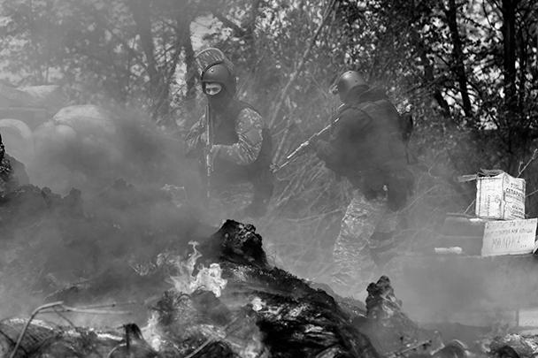 В свою очередь, МВД Украины утверждает, что взяло под контроль три блокпоста самообороны в Славянске. Ведомство также утверждает, что при этом сотрудники МВД и служащие минобороны Украины убили пятерых ополченцев. По данным Киева, один участник «активной фазы» «спецоперации» ранен