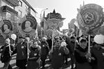 Работники Красмаша в Красноярске вышли на праздничный митинг с транспарантами, изобращающими советские ордена, которыми их предприятие было награждено во времена СССР (фото: Reuters)