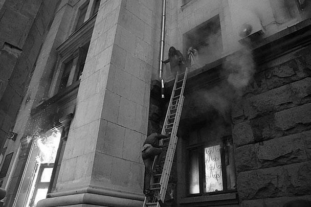 Когда огонь добрался до верхних этажей, многие из находившихся там людей погибли, задохнувшись в помещениях, другие выпрыгивали с верхних этажей и разбивались