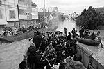 Помощь пострадавшим оказывают армейские части, миссия Евросоюза EUFOR, военные из Словении и Хорватии (фото: Reuters)