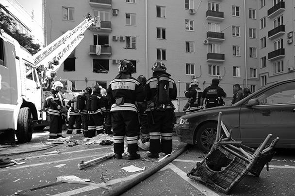 В результате взрыва повреждены несколько квартир и припаркованные у дома автомашины