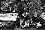 Временный магазин по продаже футболок разместился в среду в самом центре ГУМа (фото: ИТАР-ТАСС)