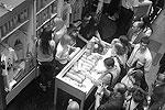 Как убедился репортер газеты ВЗГЛЯД, очередь, которая сразу после начала продаж образовалась в ГУМе, заметно увеличивалась. Некоторые, оплатив одну покупку с принтом, возвращались и повторно вставали в очередь, чтобы купить такую же футболку другу (фото: Дженнифер Ковтун/ВЗГЛЯД)