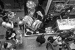 Многие в толпе покупателей звонили своим близким и спрашивали: «Какого цвета майку тебе взять? Есть простая белая, есть черная, где Путин как Нео, а есть вообще с Крымом, представляешь?!». (фото: Дженнифер Ковтун/ВЗГЛЯД)