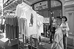 Владимира Путина представили во множестве ярких образов: рыбака, летчика, танкиста и туриста. Стоимость одной футболки не превышает  1,2 тыс. рублей. (фото: Александр Мучаев)