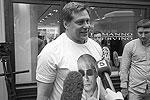 Оказавшийся в толпе создатель Имперского Русского балета Гедиминас Таранда признался газете ВЗГЛЯД, что накупил футболок для всей своей труппы (фото: Александр Мучаев)