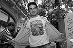 Стоимость одной футболки не превышает 1,2 тыс. рублей. Одну из них приобрел Ашот Габрелянов, генеральный директор телеканала LifeNews (фото: Александр Мучаев)
