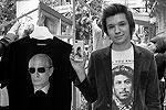 Футболка и чехол для смартфона с изображением Путина - настоящий образец стиля, уверены покупатели.    (фото: Александр Мучаев)