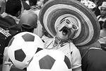 Бразильские болельщики нашли оригинальный способ подшутить над соперником – сборной Мексики (фото: EPA/ИТАР-ТАСС)
