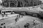 Строящийся виадук упал на автомобиль и пассажирский автобус, а также на два грузовика (фото: Reuters)