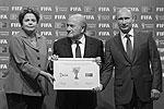 В ходе церемонии глава ФИФА Йозеф Блаттер вручил Путину сертификат, символизирующий передачу «футбольной эстафеты», а Путин поблагодарил Блаттера и президента Бразилии Дилму Руссефф за прекрасную организацию нынешнего мундиаля   (фото: Reuters)