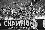 Германия в четвертый раз стала чемпионом мира по футболу, одолев в финале аргентинцев со счетом 1:0. Победный гол на 8-й минуте второго дополнительного тайма забил Марио Гетце (фото: Reuters)
