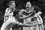 Победному голу в ворота сборной Аргентины радуются его автор Марио Гетце (справа налево), Пер Мертезакер, Андре Шююрле и Томас Мюллер  (фото: Reuters)