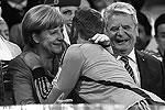 Голкипер немцев Мануэль Нойер после финального свистка поспешил обняться со своим канцлером Ангелой Меркель (фото: Reuters)