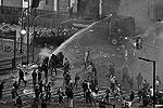 Полиции пришлось применить водометы и слезоточивый газ. Были задержаны около 60 хулиганов (фото: Reuters)