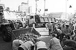 Кличко так обращался к нынешним майдановцам: «Если вы патриоты, наведите в первую очередь порядок у себя дома». Однако основную заботу по разбору баррикад, завалов и построек пришлось на себя взять не «патриотам», а городским рабочим  (фото: ИТАР-ТАСС)