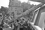 """Рядовые горожане тоже приняли участие в демонтаже, что действительно несколько напоминало субботники советских времен (фото: <a href=""""http://www.unn.com.ua"""">unn.com.ua</a>)"""