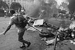 В то время как обитатели майдана жгли шины, киевляне, пришедшие на субботник, помогали расчищать территорию от мусора, чтобы пламя не распространилось дальше (фото: ИТАР-ТАСС)