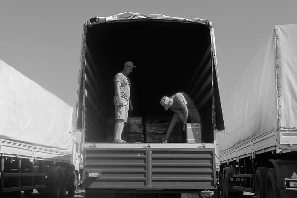 Сотрудники государственной службы Украины по чрезвычайным ситуациям начали разгружать фуры в ночь на пятницу. Параллельно Красный Крест начал согласно описанию принимать груз и действовать по своему графику передачи гуманитарки