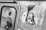 Своеобразный ответ польской акции «Ешь яблоки» дали в Новосибирске. В местном метро появились плакаты с призывами выбирать отечественные продукты. «Краснодар милее Польши» – написано на постере, на котором изображена поедающие яблоки россиянка