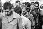 Для сотни пленных украинских военных центр Донецка стал своего рода «коридором позора». Ополченцы организовали его по сценарию почти 70-летней давности, когда по центру Москвы прошли пленные немцы (фото: EPA/ИТАР-ТАСС)