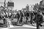 После «парада» пленных посадили в автобусы, которые уехали в неизвестном направлении (фото: EPA/ИТАР-ТАСС)
