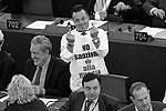 Итальянский депутат Джанлука Бонанно пришел на слушания Европарламента по ратификации соглашения об ассоциации Украины с ЕС в Страсбурге в футболке с надписью «Нет санкциям против России!». На заседании он подчеркнул, что Европа ведет «позорную» и «бесхребетную» политику (фото: Reuters)