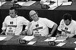 Помимо Бонанно, в таких же футболках пришли на заседание еще несколько итальянских евродепутатов. По данным газеты La Padania, кампания была организована культурной ассоциацией «Ломбардия – Россия». «Многие предприниматели в Италии столкнулись с трудными временами из-за глупых решений евро-идиотов», – сказал Бонанно позже в интервью британской BBC (фото: Reuters)