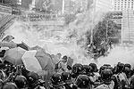 В воскресенье несколько тысяч демонстрантов в ходе несанкционированного митинга блокировали ряд центральных улиц, парализовав движение транспорта. Чтобы усмирить манифестантов, полиция была вынуждена применить слезоточивый газ и дымовые шашки. Протестующие позже заявили, что стражи порядка стреляли по ним резиновыми пулями. Власти Гонконга эти сведения опровергают  (фото: EPA/ИТАР-ТАСС)