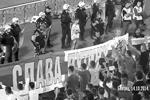 На футбольном матче Сербия – Албания в Белграде, во время которого албанцы запустили на специальном дроне баннер во славу «Великой Албании», после чего произошла массовая драка, другая часть фанатов растянула российский триколор с лозунгом «Слава Путину!» (фото: кадр из видео FCRedStarBelgrade)
