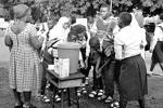 Власти Нигерии также предпнимают особые меры для остановки вспышки заболевания. В частности, всех учеников местных школ заставляют дополнительно мыть руки (фото: Reuters)