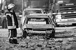 От взрыва в Германии серьезно пострадали припаркованные неподалеку автомобили, а также близлежащие здания - в радиусе 100 метров были выбиты стекла домов, а столб огня поднимался на высоту нескольких десятков метров (фото: Fredrik von Erichsen/EPA/ТАСС)