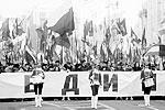 Барабанщицы в красных мундирах и киверах отбивают дробь впереди колонного шествия по Тверской под лозунгом «Мы едины!» (фото: Сергей Фадеичев/ТАСС )