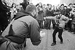На шествии была слышна не только барабанная дробь, но и песенка Красной Шапочки про крокодилов-бегемотов, а также звуки лезгинки. Молодежь танцевала и пела национальные песни (фото: Сергей Фадеичев/ТАСС )
